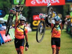 Rubén Folgado y Sergio Paz a su llegada a la meta en 2014. FOTO: Absa Cape Epic.