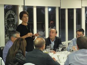 Cristina Subirana, presidenta ALUMNI MBA-URV dirigint unes paraules als assistents.