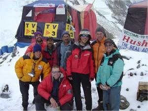 Un equip amb mitjans reduïts, però optimitzats al màxim. Foto de la Col·lecció Catalans al K2 8.811 m Magic Line 2004.